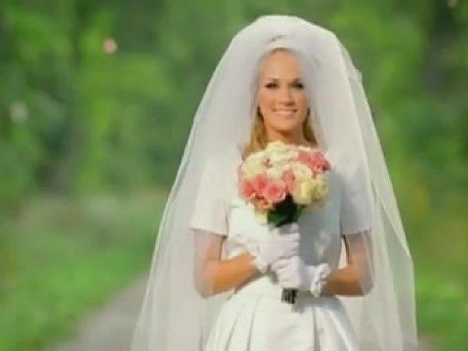 """4. """"Just A Dream"""" de Carrie Underwood   Carrie Underwood interpreta la esposa de un soldado que murió en la guerra. La historia pasa de la alegría de caminar hacia el altar el día de su boda a caminar hacia un ataúd vestida de negro."""