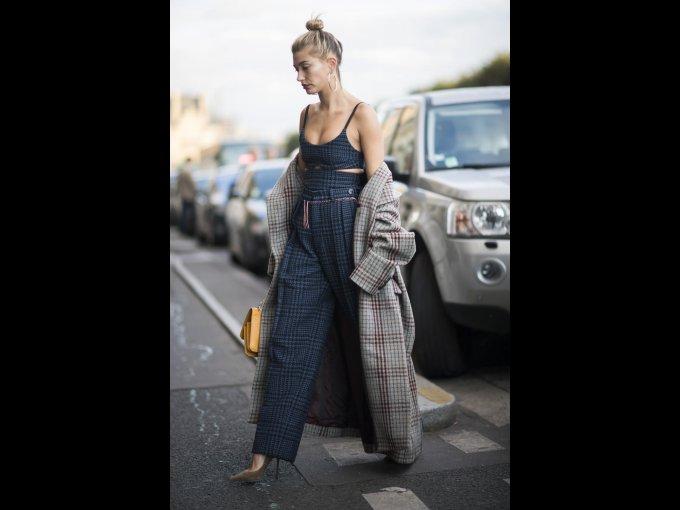 Hailey Baldwin en un abrigo de Isabel Marant y jumpsuit de Victoria Beckham