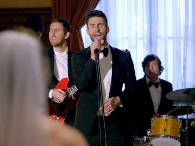"""1.""""Sugar"""" de Maroon 5   Que tu banda favorita esté presente el día de su boda debe ser ¡increíble! Pero que Adam Levine te sorprenda como en el video """"Sugar""""  debe ser maravilloso. Sin duda, Maroon 5 se lleva el primer lugar."""