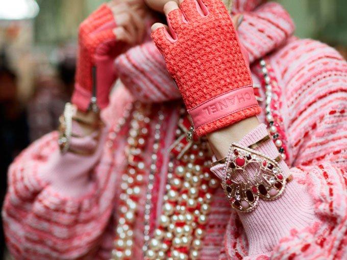 Después de ver los accesorios de la colección otoño 2016 de Chanel, no podemos pensar en otra cosa, más que en la urgencia que tenemos por poner nuestras manos en esos increíbles bolsos y fabulosas joyas de emoji, que desfilaron por la Semana de la Moda de París.