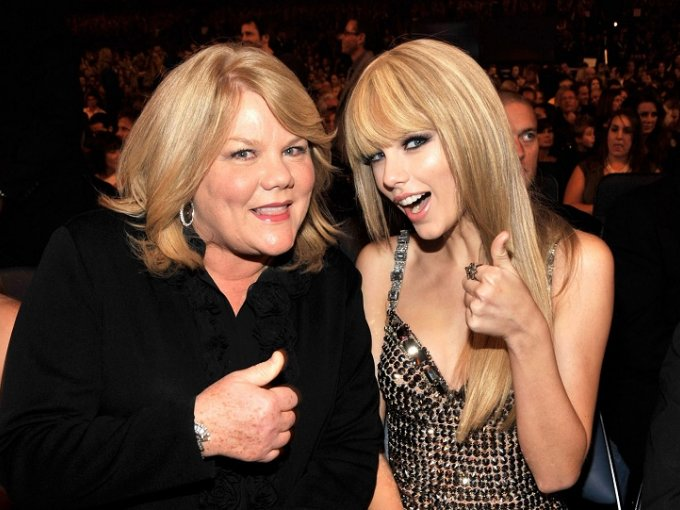 Son varias las celebridades que han demostrado amor incondicional a sus mamás, desde bonitas selfies hasta en dedicatorias durante las entregas de premios. En honor a ellas y para celebrar el Día de la Madre, te dejamos una entrañable galería con algunos famosos posando junto a sus mamás.  / Taylor Swift y Andrea Swift