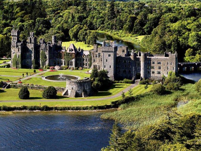 Castillo de Ashford (Irlanda): el castillo construido en 1228 sirvió como casa de la familia Guiness antes de convertirse en un hotel de 5 estrellas en el que se han casado famosos como Pierce Brosnan y Keely Shaye-Smith.