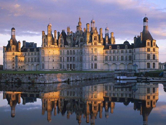 Château de Challain (Francia): este castillo neogótico que parece sacado de un cuento de hadas tiene una capilla con techos de oro, puede ser tuyo por tres noches, si estás dispuesta a pagar €21,500, poco más de $420,000 pesos mexicanos.
