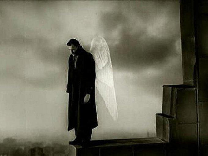 """El cielo sobre Berlín de Wim Wenders, 1987 / El mítico director Wim Wenders presenta la historia de dos ángeles que sobrevuelan el cielo de Berlín, una ciudad dividida por el """"muro de la vergüenza"""". Decidido a conocer los sentimientos de los hombres, uno de los ángeles está dispuesto a perder su inmortalidad."""