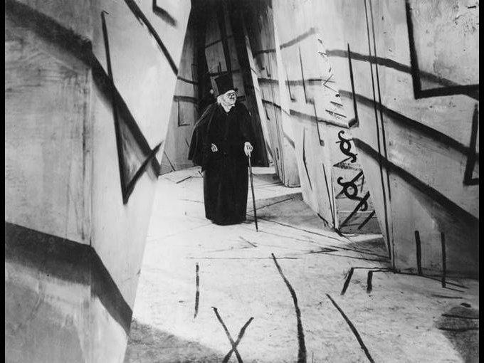 El gabinete del doctor Caligari de Robert Wiene, 1920 / Considerada uno de los máximos exponentes del expresionismo alemán, ésta es una película de suspense que cuenta la historia del desquiciado doctor Caligari y su fiel sonámbulo Cesare, ambos ligados a una serie de asesinatos en el pueblo alemán de Holstenwall.