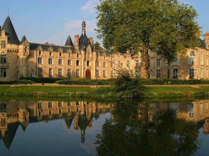 Chateau D'Escliomont (Francia): ubicado en un bosque entre París y Versalles, este castillo renacentista es ideal para una boda de entre 100 y 180 personas (puede ser de 400 si se incluye una carpa).  Por un precio inicial de €5,350 ($104,982 pesos mexicanos) tendrás acceso a 16 habitaciones y a disfrutar de una experiencia única.