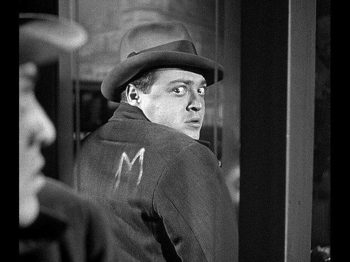 M, el vampiro de Düsseldorf de Fritz Lang, 1931 / M, el vampiro de Düsseldorf es la primera obra sonora del director Fritz Lang. Basada parcialmente en hechos reales, esta cinta aborda la investigación policial para atrapar a un sádico asesino de niñas en la ciudad de Düsseldorf.