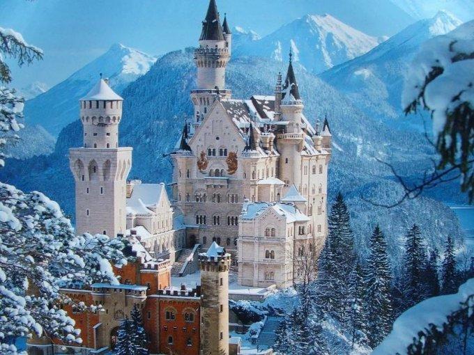 Castillo de Neuschwanstein (Alemania): a quién no le gustaría casarse en el castillo que sirvió como inspiración a Walt Disney para 'La Bella Durmiente'… la única inconveniencia son sus fabulosos murales, pues no te dejarán tomar ninguna foto adentro del edificio…