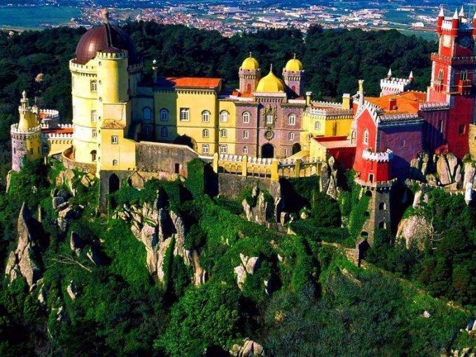 Palacio da Pena (Portugal): este palacio fue una de las residencias de la familia real portuguesa durante el siglo XIX. Su arquitectura ecléctica lo hace único en el mundo y uno de los más coloridos de Europa.