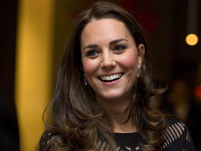 Son muchas las joyas y accesorios que la Duquesa de Cambridge ha usado en sus incontables eventos de mundo de la realeza, algunas le son heredadas o prestadas por parte de la reina. Éstas son con las que más ha brillado…