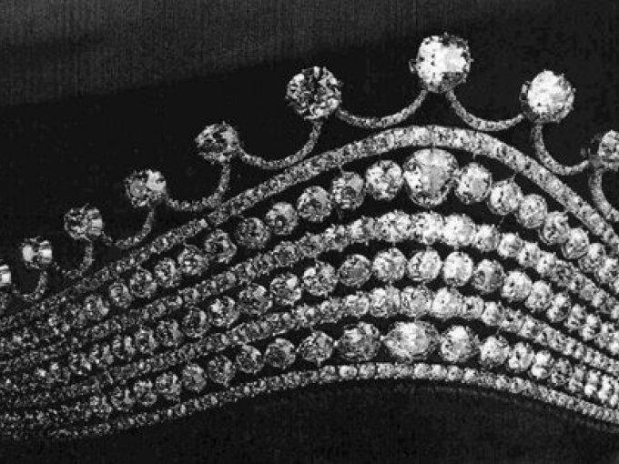 Tiara con de plata con 488 diamantes incrustados