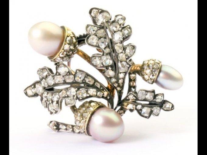 Broche de oro, plata, diamantes y perlas. Precio estimado: 13 mil dólares