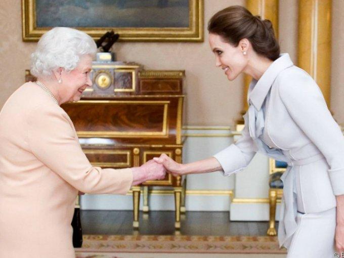 Conocer a la reina Isabel II no es cosa de todos los días, por eso las celebridades que tienen esa oportunidad sacan los mejores trajes para lucir de lo mejor.