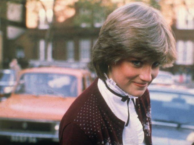 La vida de Diana antes de ser princesa no era tan diferente, pues nació en una familia noble. Fue la cuarta hija del conde John Spencer y Frances Roche. Se crió en Sandringham House y fue educada en Inglaterra y Suiza. En 1975, su padre recibió el título de Conde, y a ella se la reconoció como como Lady Diana Spencer. Estas son sus mejores fotos: