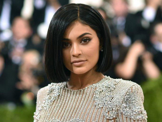Kylie Jenner paga 125 mil dólares al mes por su mansión en Beverly Hills. La propiedad incluye biblioteca, cine, mini golf, bodega de vinos y viñedo privado. No te la pierdas: