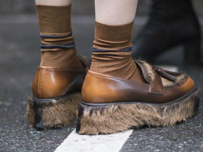 Desde las botas de plástico transparente hasta los crocs con plataforma que Balenciaga decidió incluir en su más reciente colección, la tendencia de zapatos no ha dejado de sorprendernos. Estos son algunos modelos que no sabemos si amamos u odiamos: