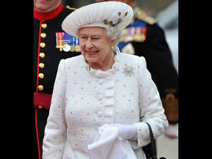Diseñadora Angela Kelly, Reina Elizabeth