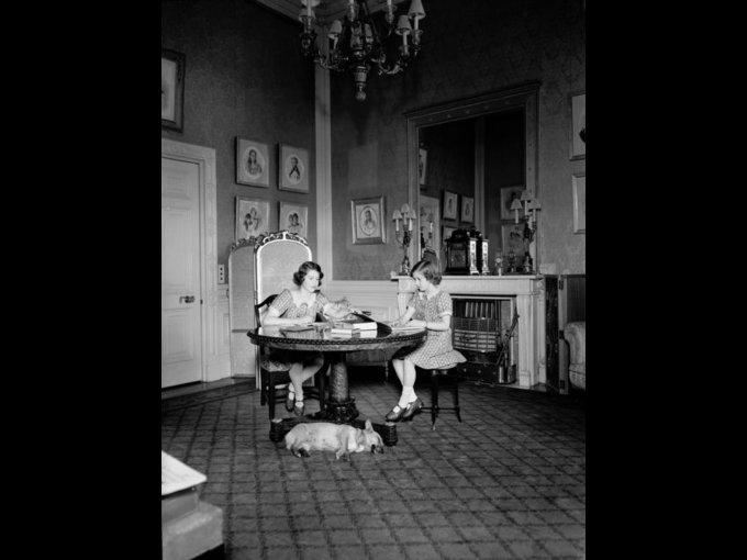 La reina Isabel II y la princesa Margarita tuvieron tutores privados
