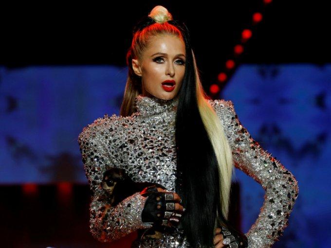 Paris Hilton participó como modelo con la firma The Blonds para presentar su colección inspirada en villanas de Disney. Mira las fotos: