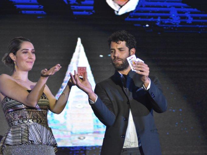Ana Emilia Pérez Rivero con Diego Winburn, quien ofreció un show de mentalismo