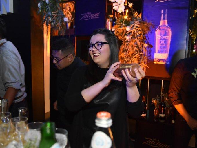 La mixóloga Fátima León fue la encargada de preparar los cocteles en el after party