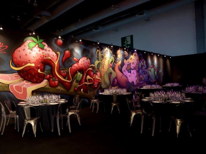 """Mixología fue el restaurante que proyectó Adán Cárabes para Millesime 2018, un espacio concebido desde la diversidad de una metrópoli como la Ciudad de México. Inspirado en lo heterogéneo, el arquitecto creó una mixología de conceptos, sabores e ideas, donde destacó el grafiti del artista Motick. Fiel a su máxima, """"diseñar lo diseñable"""", en 2010 fue el primer latinoamericano en ser elegido por la marca de tapetes inglesa The Rug Company para producir tres piezas."""