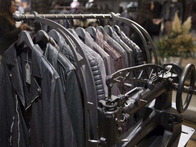 Las máquinas de coser antiguas son elementos característicos en la decoración de las tiendas AllSaints