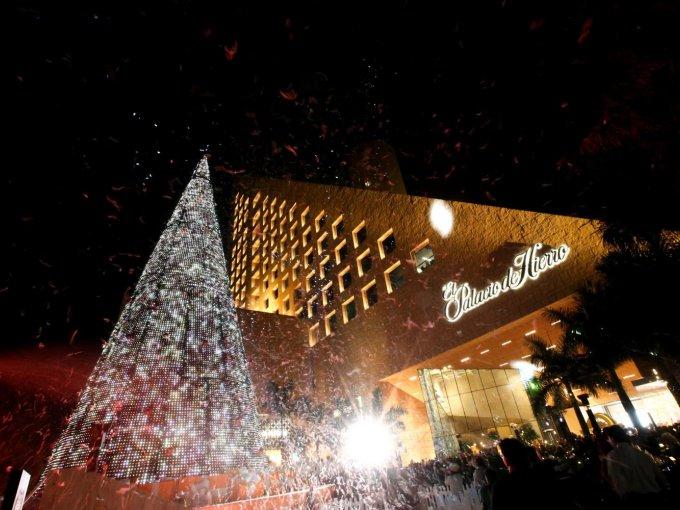 Música y nieve artificial acompañaron el momento en que se encendió el árbol de Navidad
