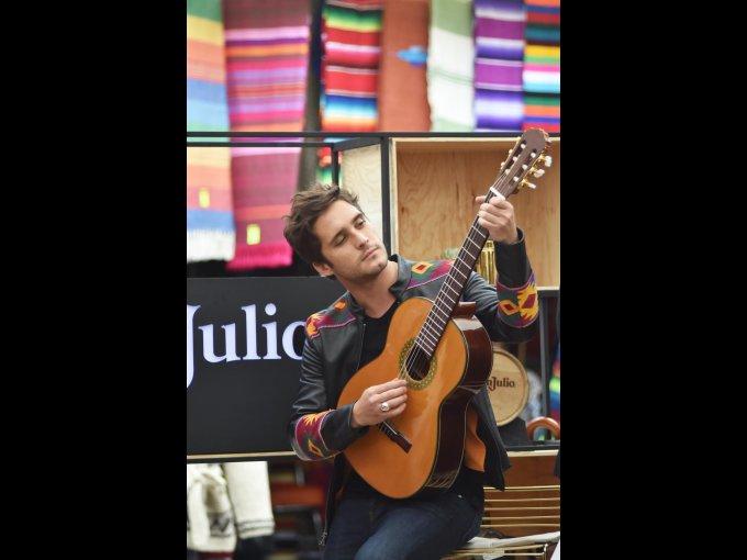 Diego Boneta mostró su gusto por la música tocando la guitarra hecha por el maestro Manuel Rubio Cano