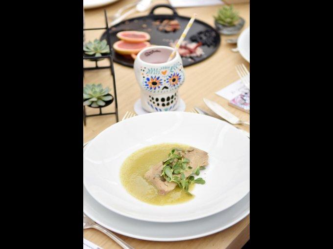 Tamal de masa colada con verdolagas en michmole fue parte del menú preparado por los chefs Gerardo Vázquez Lugo y Santiago Muñoz