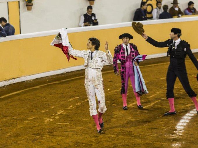 El torero peruano saluda en el tercio