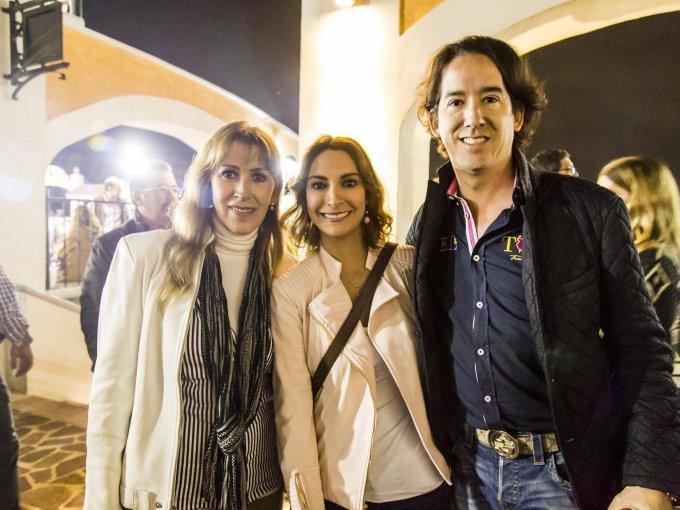 Sandra Ramírez con Katy y Guillermo Guzmán
