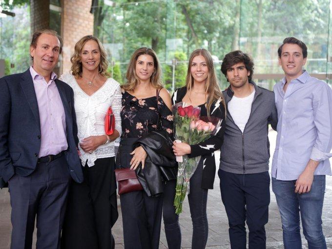 Juan Ramón Fernández, Gabriela y Ana Gabriela Cárdenas junto a Andrea y Jerónimo Fernández con Luis González