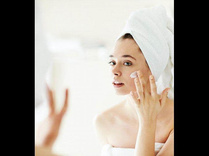 Si sufres de mucho brillo en la cara, después de bañarte aplica un poco de desodorante en barra a toquecitos.