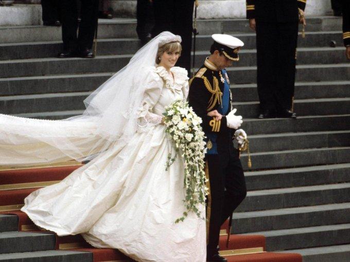 Diana Spencer usando un vestido de seda color marfil con una cola de 25 metros
