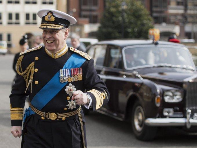 El príncipe Andrés de York, se alistó en la Marina Real Británica, en 1978 y ascendió al grado de comandante hasta su baja en 2001