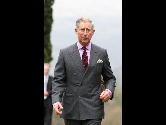 El príncipe Carlos, en 1970, se graduó de Historia y Arqueología en la Universidad de Cambridge y, en 1975, recibió su maestría en Artes en la misma universidad