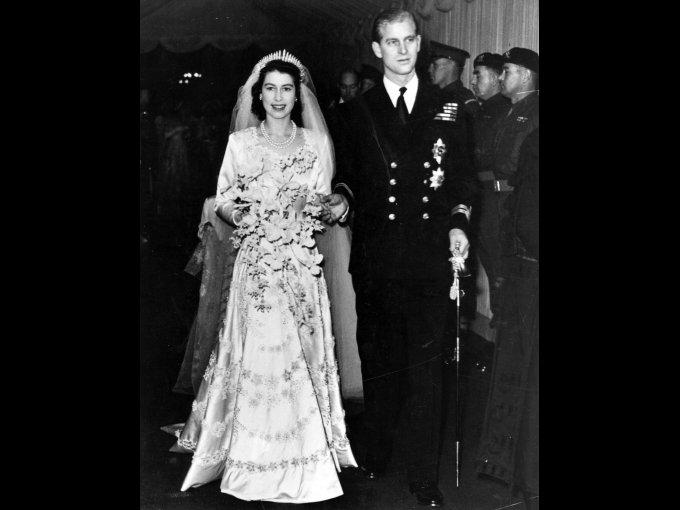 Isabel de Inglaterra usando un vestido confeccionado de Norman Hartnell con hilo de plata y 10,000 perlas importadas de Ámerica