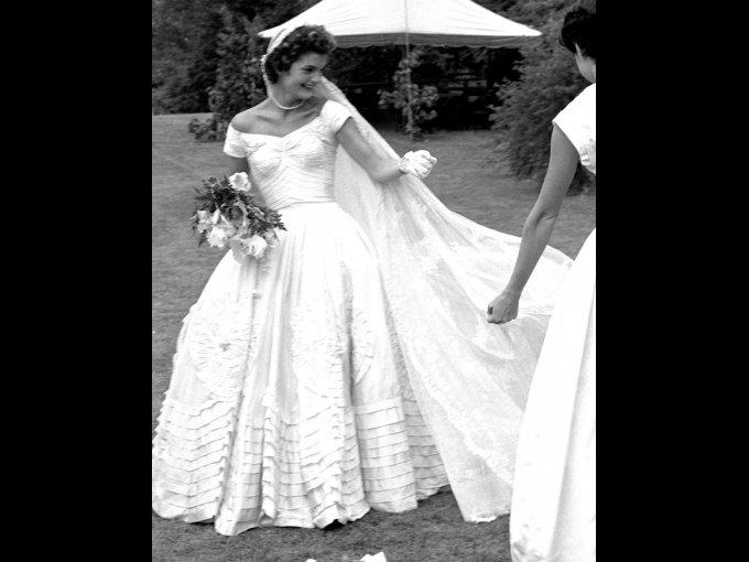 Jacqueline Kennedy usando un vestido de Ann Lowe con seda de marfil
