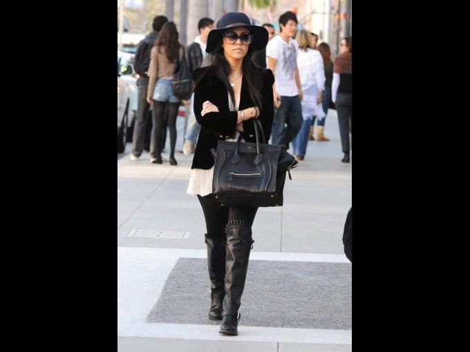 Sombrero, blazer, leggings y botas altas negras