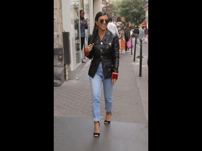 Jeans, chamarra negra y zapatos del mismo color.