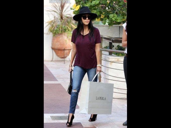 Jeans rotos, playera sencilla vino, sombrero y botines negros