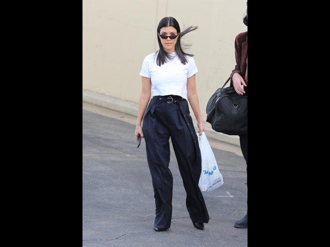 Pantalón negro y playera blanca