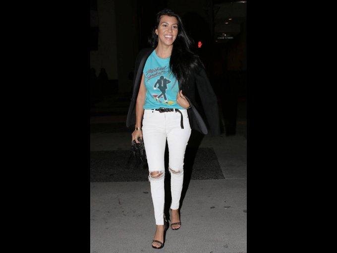 Jeans blancos rotos, chamarra negra y tshirt con estampado