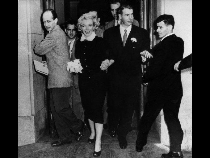 Marilyn Monroe lució un traje de chaqueta y falda en negro entallado, con un cuello de piel blanca