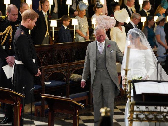 El príncipe Carlos la llevó hasta el altar.