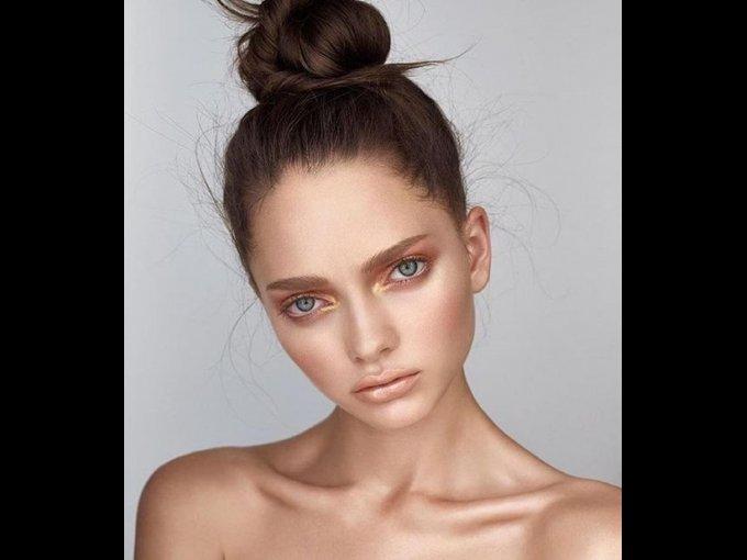 Intenta un makeup dorado en todo el rostro, ¡incluso en los labios!