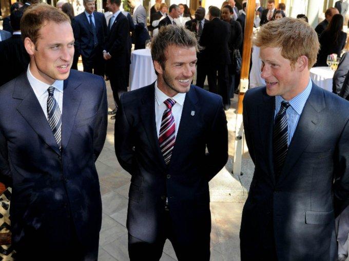 William y Harry de Inglaterra han mantenido una relación cercana con David Beckham. Estas son algunas otras amistades entre celebridades y realeza: