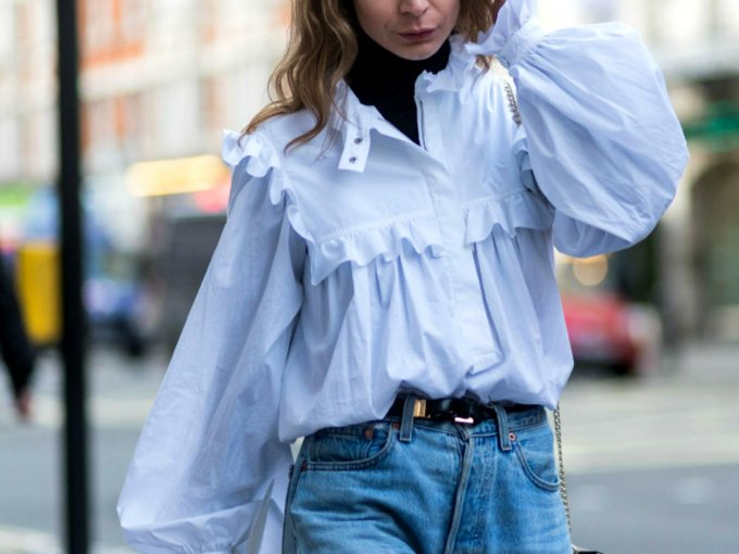 Los mom jeans son comodos y fácil de combinar. Aquí 20 ideas: