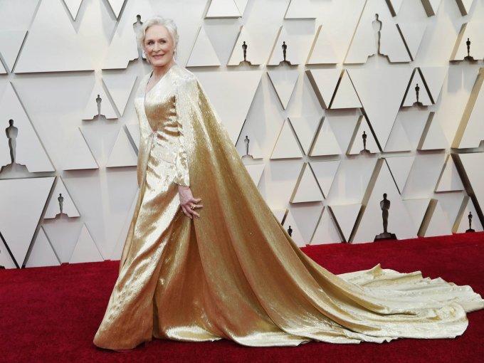 Glenn Close optó por un vestido dorado de Carolina Herrera.